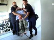 Полицейские Турции ведет задержанного