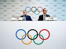 Глава МОК Томас Бах на пресс-конференции с с Марком Адамсом