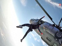 Парашютист прыгает с вертолета