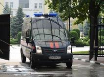 Автомобиль следственного комитета России выезжает с территории центрального офиса ФТС