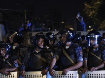 Сотрудники правоохранительных органов у захваченного здания полка полиции в Ереване