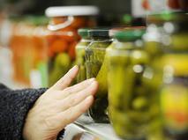 Консервированные овощи на прилавке в супермаркете