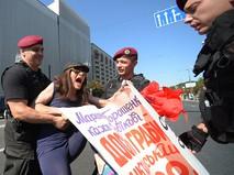 Сотрудники полиции задерживают активистку движения обманутых вкладчиков, перекрывших Крещатик в Киеве