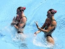 Светлана Ромашина и Наталья Ищенко (Россия) выступают с произвольной программой в соревнованиях по синхронному плаванию