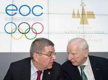 Глава МОК Томас Бах и глава Европейских олимпийских комитетов Патрик Хики