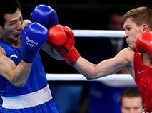 Виталий Дунайцев в поединке с китайским боксером Ху Цяньсюнем