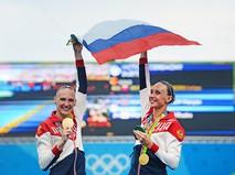 Светлана Ромашина и Наталья Ищенко (Россия), завоевавшие золотые медали на соревнованиях по синхронному плаванию среди дуэтов на XXXI летних Олимпийских играх