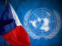 Флаг Филиппин на фоне эмблемы ООН