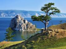 Дерево желаний на мысе Бурхан острова Ольхон на Байкале