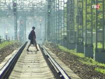 Человек переходит через железнодорожные пути