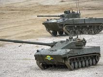 """Самоходная артиллерийская установка с противотанковой пушкой """"Спрут-СД"""" (на первом плане) и боевая машина десанта БМД-4"""
