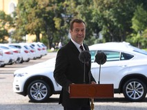 Председатель правительства РФ Дмитрий Медведев на церемонии вручения автомобилей российским спортсменам - победителям и призерам Игр XXXI Олимпиады в Рио-де-Жанейро