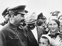 Генеральный секретарь ЦК ВКП(б) Иосиф Сталин среди пионеров на Всесоюзном параде физкультурников