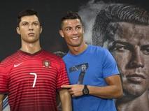 Криштиану Роналду рядом со своей восковой фигурой