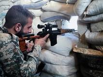 Боец сирийской армии на передовой линии