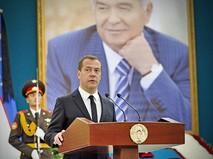 Председатель правительства РФ Дмитрий Медведев выступает на церемонии прощания с президентом Узбекистана Исламом Каримовым в Самарканде