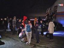 Дети в аэропорту Владивостока, доставленные бортом МЧС