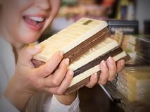 Шоколад в руках