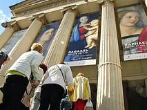 Очередь на выставку картин Рафаэля