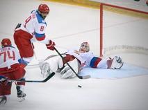 Игрок сборной России по хоккею Александр Овечкин с шайбой