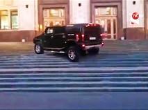 Джип Hummer на лестнице МГУ