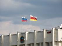 Флаги России и Северной Осетии на здании Администрации местного самоуправления
