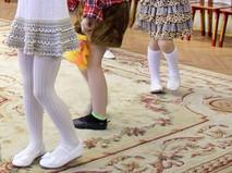 Дети танцуют в актовом зале