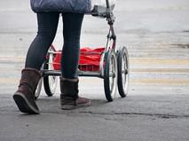 Женщина с коляской переходит дорогу