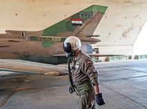 Летчик ВВС Сирии на фоне истребителя Су-22