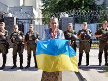 Гражданка Украины у посольства России в Киеве