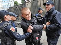 Полиция задерживает активиста националистической организации во время беспорядков у здания Генерального консульства России в Одессе
