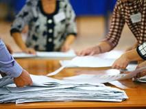 Члены избирательной комиссии во время подсчета голосов на избирательном участке