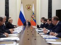 Президент России Владимир Путин проводит в Кремле совещание с членами правительства
