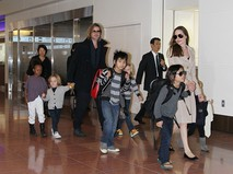 Анжелина Джоли и Брэд Питт с детьми