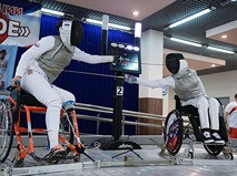Спортсмены во время поединка по фехтованию на Всероссийских паралимпийских соревнованиях