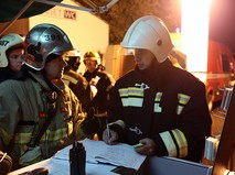 Сотрудники пожарной службы после ликвидации пожара на складском помещении в районе Гольяново на востоке Москвы