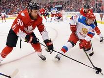 Игрок сборной Канады Райан О'Райлли (слева) и игрок сборной России Владимир Тарасенко в матче 1/2 финала Кубка мира по хоккею между сборными командами Канады и России