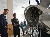 Премьер-министр России Дмитрий Медведев осматривает гиперзвуковое оружие