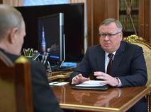 Президент России Владимир Путин и глава банка ВТБ Андрей Костин во время встречи