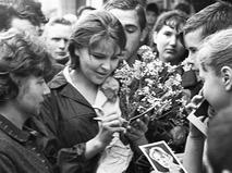 Тамара Сёмина раздаёт автографы на Всесоюзном кинофестивале в Киеве