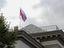 Флаг на здании посольства России