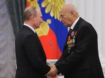 Владимир Путин и Владимир Этуш во время церемонии вручения государственных наград в Кремле