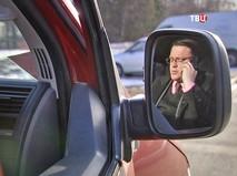 Мужчина говорит по сотовому телефону