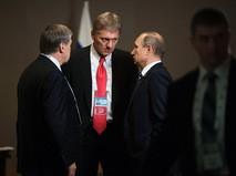 Президент России Владимир Путин, помощник президента РФ Юрий Ушаков и пресс-секретарь президента РФ Дмитрий Песков