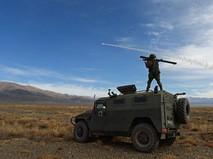Солдат на бронеавтомобиле