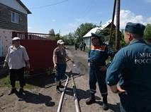 Сотрудники МЧС России разговаривают с местными жителями