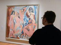 """Поетитель музея у картины Пабло Пикассо """"Авиньонские девицы"""""""