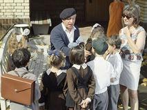 """олан Быков даёт последние указания юным актёрам на съёмках фильма """"Внимание, черепаха!"""""""