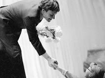 Андрей Миронов принимает поздравления после выступления в Театре сатиры