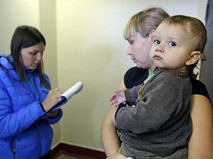 Соцработник и женщина с ребенком